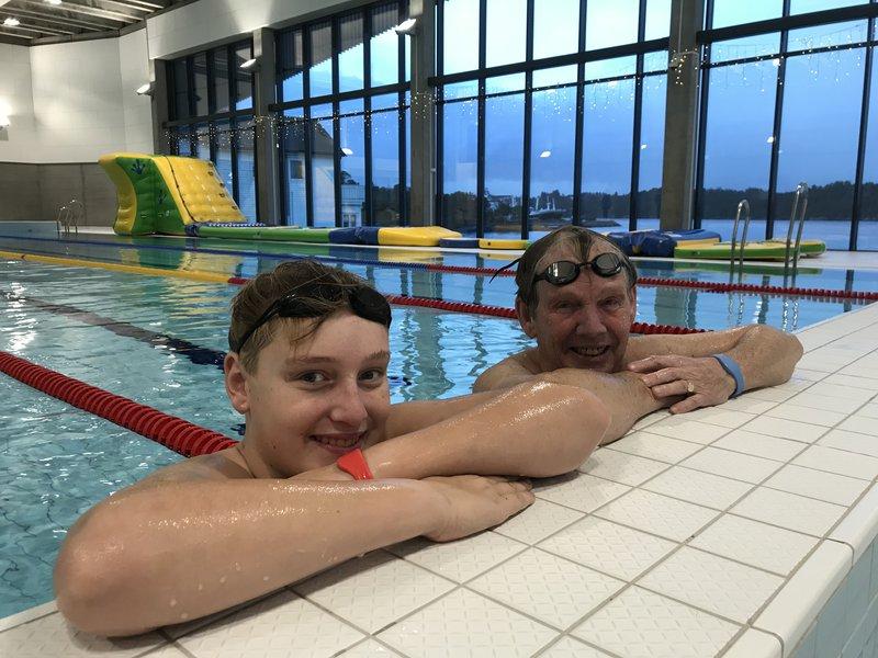 Austevollbadet og Svøm langt-deltakere svømmere Peder og Kåre