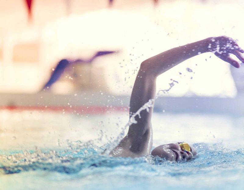 barn som svømmer