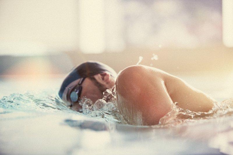 voksen svømmer