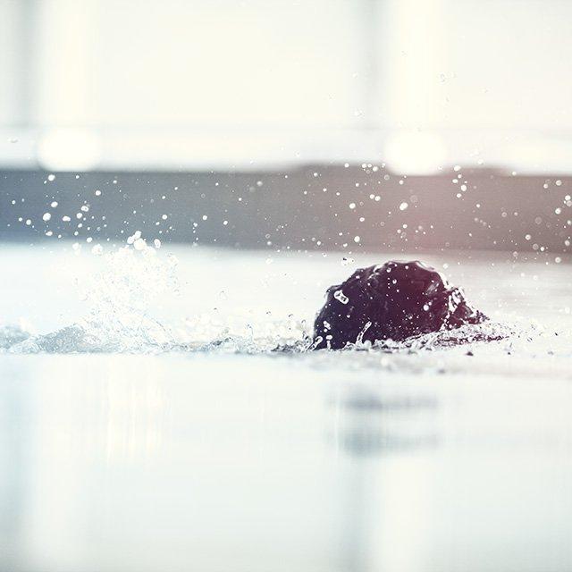 voksen som svømmer